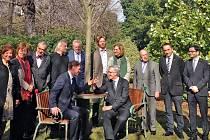 Dvě křesla a kulatý stůl, kterým prorůstá typický český strom lípa, tak vypadá pamětní místo Václava Havla. Navrhl ho jeho dvorní architekt Bořek Šípek a ve stejné podobě jsou na světě už tři: ve Washingtonu, Dublinu a od minulého víkendu i v Barceloně.