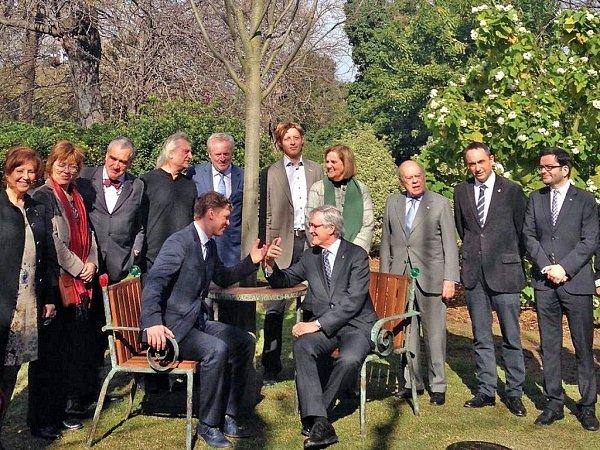 Dvě křesla a kulatý stůl, kterým prorůstá typický český strom lípa, tak vypadá pamětní místo Václava Havla. Navrhl ho jeho dvorní architekt Bořek Šípek a ve stejné podobě jsou na světě už tři: ve Washingtonu, Dublinu a od minulého víkendu ivBarceloně.