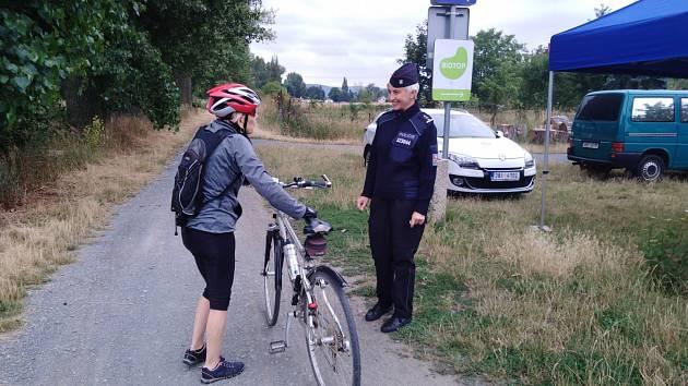 Policejní cyklotým vysvětluje, jak bezpečně jezdit na kole.