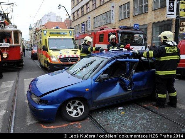 Tramvaj s autem se střetla kousek od Národního divadla.