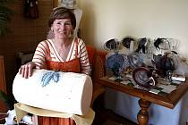 Krajkářky prosedí třeba deset hodin u paličkování. Ivana Domanjová nejraději dělá celopaličkované klobouky, které si sama prodává.