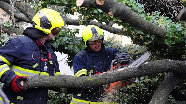 Pražští hasiči zasahovali na několika místech metropole kvůli silnému větru.