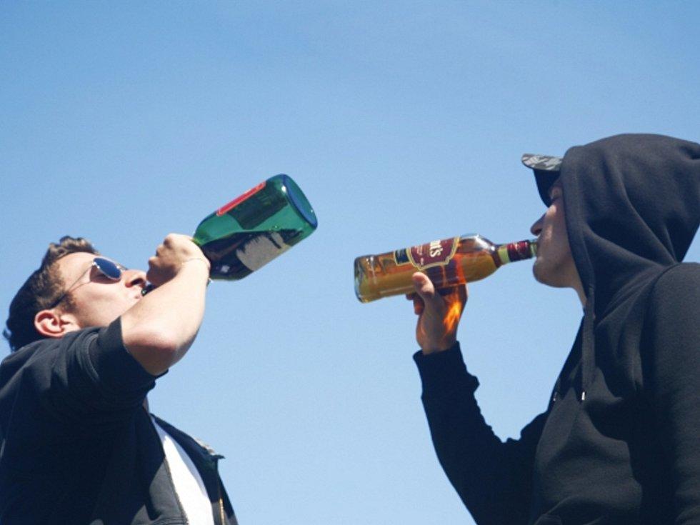 Pití alkoholu. Ilustrační foto.