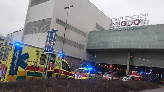 Policisté, hasiči a záchranáři zasahovali v OC Chodov v Praze kvůli zápachu z čerstvě natřené podlahy.