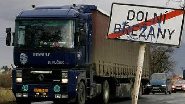 TĚŽKÁ DOPRAVA OBTĚŽUJE. Břežanskému údolí by se měly kamiony vyhnout.