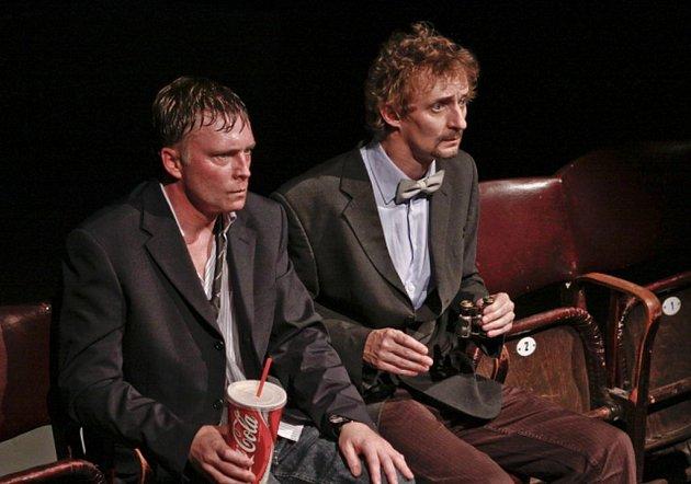 Michal Dlouhý a Kamil Halbich na snímku zpremiéry divadelní hry Kdo je tady ředitel podle filmu Larse von Triera 25.dubna ve Švandově divadle vPraze.
