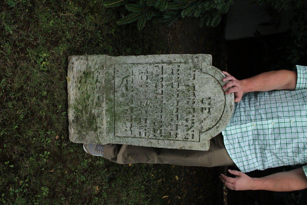 Židovský náhrobek, který při stavbě silnice v 80. letech zachránil od zalití asfaltem herec a politik Vítězslav Jandák, putuje na své původní místo.