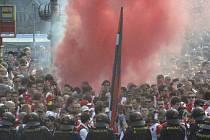 Příznivci SK Slavia Praha pochodovali 12. dubna 2014 před derby Slavie se Spartou z pražského Edenu na Letnou.