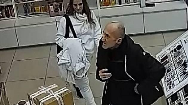 Muž se ženou jsou podezřelí z krádeže parfémů