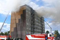 S požárem bojovalo několik desítek hasičů.