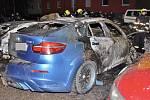 Kriminalisté vyšetřují případ zapálení a poškození devíti zaparkovaných vozidel v Hloubětíně.