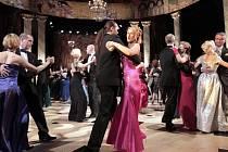 Ples není jen o tancování, ale i o charitě. Například minulý rok Ples v Opeře v Praze vynesl rekordních 745 tisíc korun pro účely Nadace Terezy Maxové dětem.
