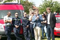 Primátor Tomáš Hudeček předal hasičům nové vozidlo.