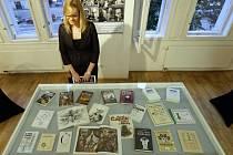 Nová výstava v pražské Galerii Deset ukazuje předměty a fotografie z vily Karla Čapka na Vinohradech.