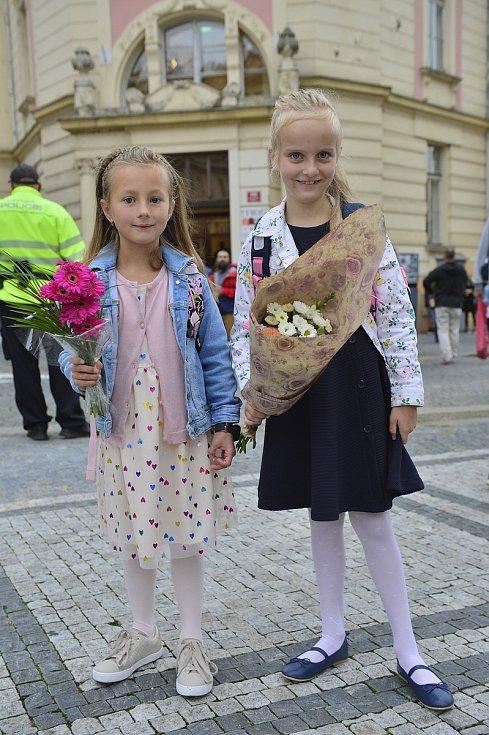 Prvňáci ze ZŠ Strossmayerovo náměstí v Praze 7 se 1. 9. 2020 sešli u kostela sv. Antonína Paduánského.