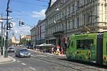Smetanovo nábřeží magistrát uzavřel v jednom směru pro auta. Zahrádky restauračních podniků nejsou moc využívané.