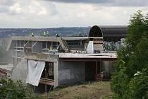 Stavba plaveckého areálu na Šutce v Kobylisích.
