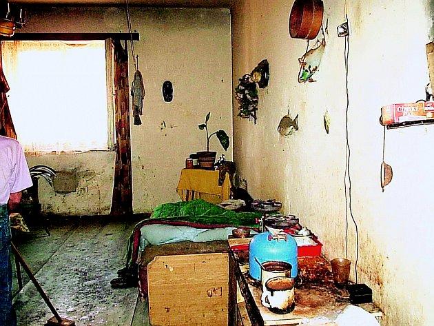 PŘED VYSTĚHOVÁNÍM. Tak vypadal byt v Praze 8 při návštěvě exekutora. Strašný zápach šokoval i stěhováky.