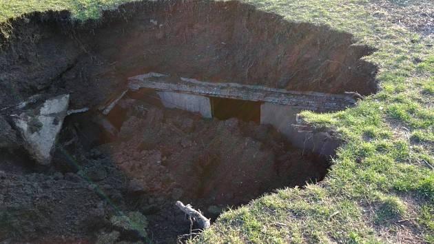 U ZŠ Bratři Venclíkovi se propadl strop protiatomového krytu.