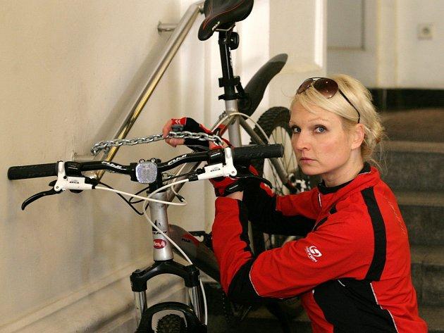 Sylvie Petráková na vlastní kůži vyrazila na kole po pražských institucích.