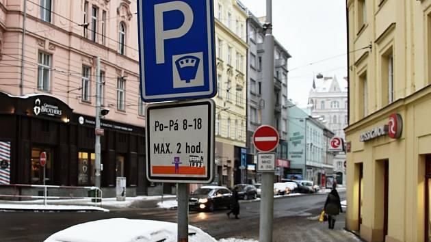 Zasněžené auto v místě s parkovací dobou omezenou dopravní značkou