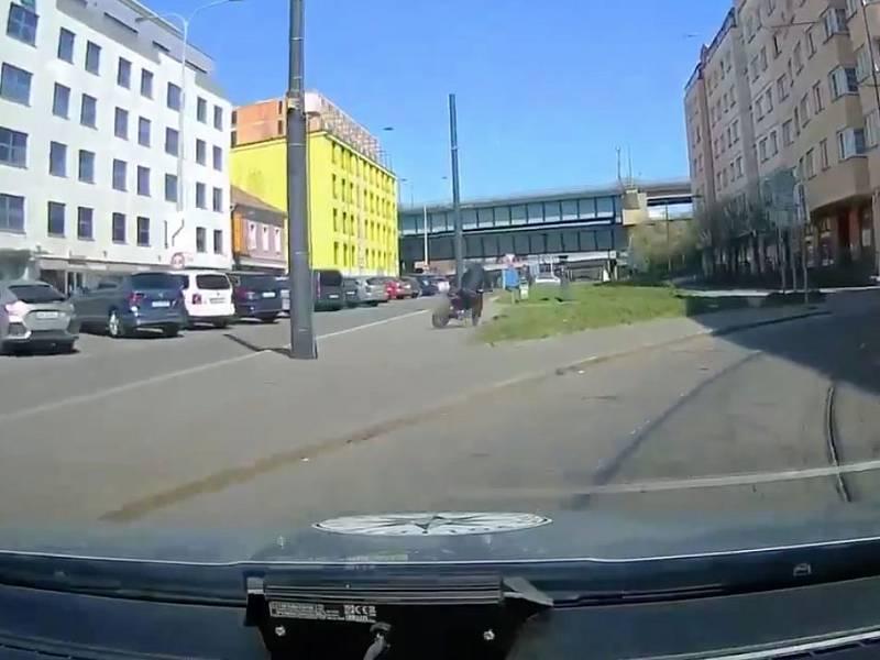 Policisté zadrželi muže, který zdravotníkům z Nemocnice Na Bulovce ukradl motorku, která stála před plicním oddělením.