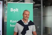 """Po dodělání školy """"utekl"""" do Německa. Po návratu do rodné země si otevřel svou první restauraci. Z gastronomie ale po nějakém čase odešel a věnoval se hotelové dopravě. Dnes je to rok a půl, co Filip Koval pracuje jako partnerský řidič aplikace Bolt. Ve v"""