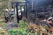 Opuštěná dřevěná chata lehla popelem