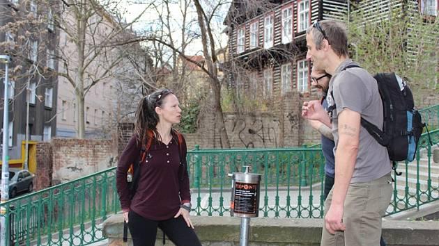 Praha 2 nainstalovala u Nuselských schodů nový koš na injekční stříkačky