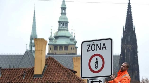 Instalování cedule zakazující vjezd vozítek segway.