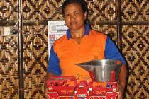 Sri Makmur dostala váhu pořízenou za pražské peníze, kterou bude ve svém drobném obchůdku vážit cukr, rýži, ovoce a zeleninu.