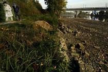 Snížená hladina Vltavy u mostu Barikádníků.