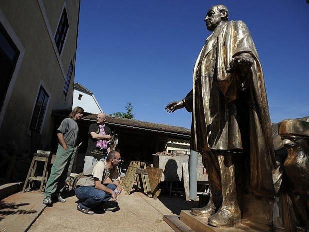 Pomník amerického prezidenta Thomase Woodrowa Wilsona, který bude umístěn před pražským Hlavním nádražím, dokončuje v těchto dnech trojice výtvarníků v umělecké slévárně v Praze-Lysolajích.