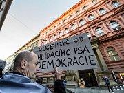 Happening za připomenutí obětí komunistického režimu se konal 25. února před sídlem KSČM v Praze.