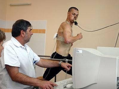 POD KONTROLOU PŘÍSTROJŮ. Lékař ve Vojenské nemocnici ve Střešovicích kontroluje fotbalistu Viktorie Žižkov Pavla Bestu při zátěžovém testu.