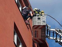 Při požáru ve Vrchlického ulici museli hasiči použít žebřík.