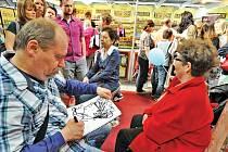 Stovku karikatur neznámých lidí za 80 minut a devět vteřin stihl v pražských Letňanech načrtnout kreslíř Lubomír Vaněk. Vytvořil tak nový český rekord.