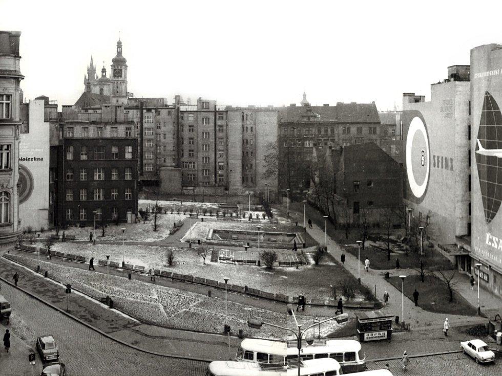 Archivní snímek náměstí Republiky v Praze před zahájením výstavby obchodního domu Kotva.