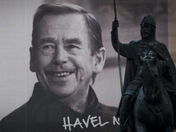 """Aniž by po tom zvlášť toužil, události sametové revoluce vynesly přirozeného lídra politické a občanské opozice Václava Havla do čela republiky. Kampaň """"Havel na Hrad"""" je dodnes vnímána jako všelidové hnutí, """"žijící"""" vatmosféře porozumění a euforie."""