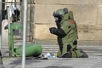 Pyrotechnik při prověřování informace o údajném nástražném výbušném systému umístěném v odpadkovém koši v Petrské ulici v Praze.