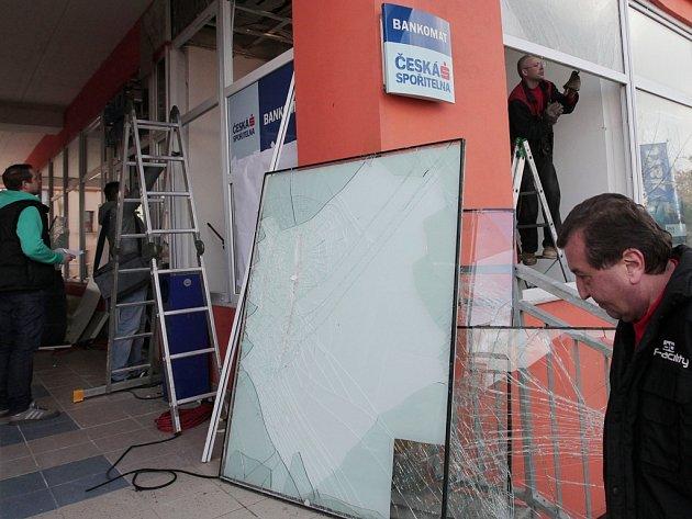 Následky výbuchu bankomatu ve Vyžlovské ulici na Skalce v Praze.