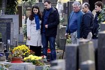 Lidé před nadcházejícími Dušičkami přicházeli pražský strašnický hřbitov.