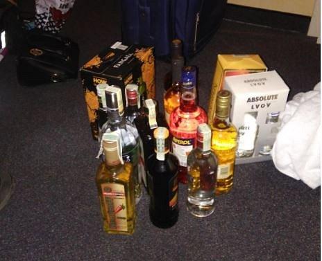 Muž a ženy zcizili v jednom z hotelů na Praze 4 lahve alkoholu.