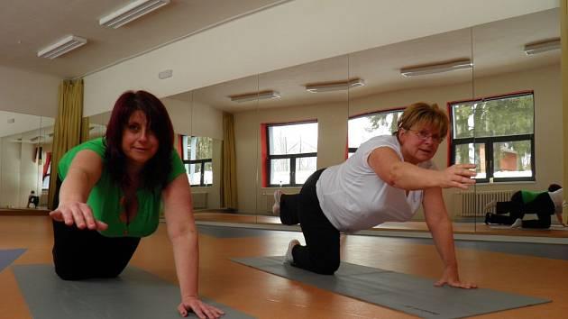 Pilates. Na snímku Marcela Boutouilová (vlevo) a Jana Večlová
