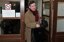 Příchod Davida Ratha k soudu 3. prosince.