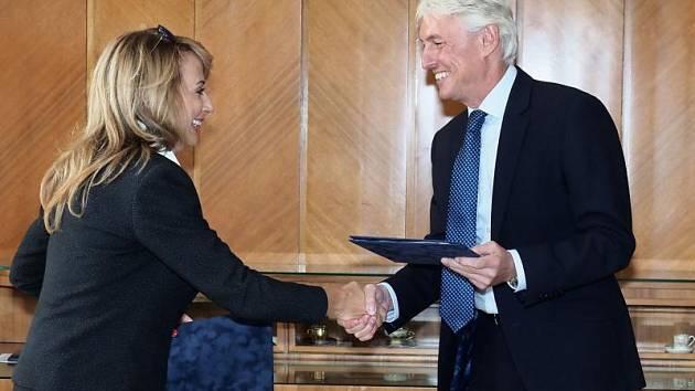 Primátorka Adriana Krnáčová (ANO) a předseda atletického svazu Libor Varhaník podepsali memorandum o výstavbě haly v Praze.
