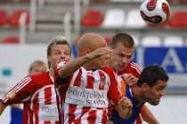 VYSKOČIL NEJVÝŠ. V tomhle souboji se Pavel Besta (druhý zprava) prodral k míči přes ostravského Mageru.