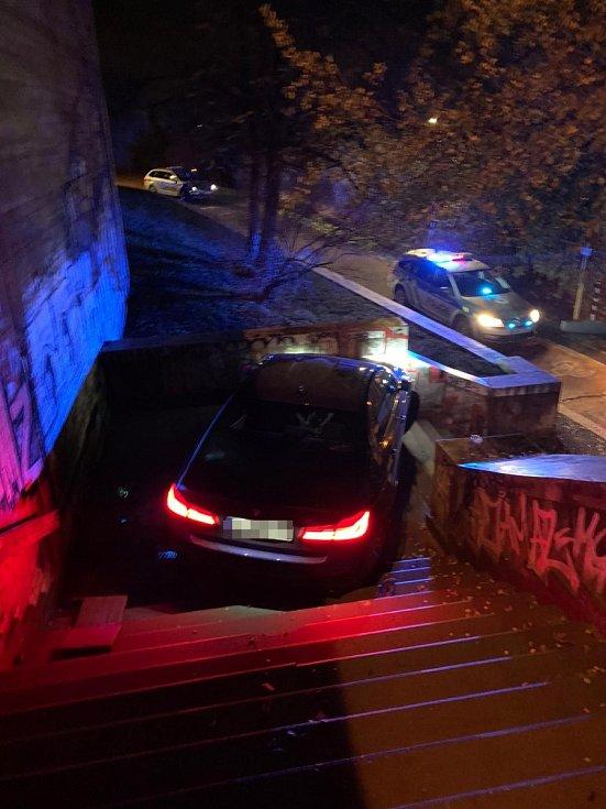 Policisté zasahovali u auta uvízlého na schodech. Tmavé BMW předtím jelo po Nuselském mostě v protisměru.