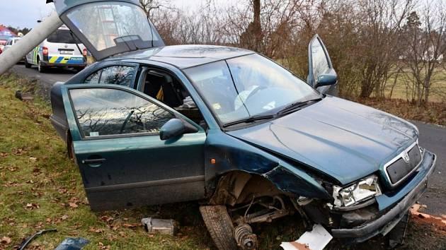 Kdo řídil? Octavia přerazila sloup, opilá posádka z místa utekla