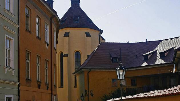 SVATÝ HAŠTAL. Podle restaurátora kostel, který se už sedm let zpamatovává z následků povodně, ukrývá hrob svaté Anežky.Odborníci jsou ale velmi skeptičtí.